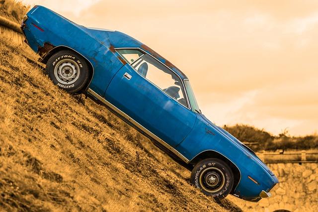 staré auto v terénu