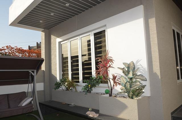 Biely domček, záhrada, exteriér, hliníkové okná
