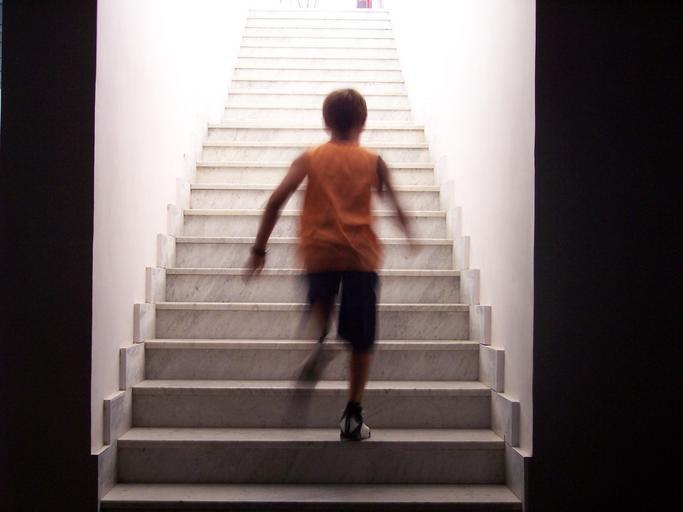 Chlapec ide po schodoch
