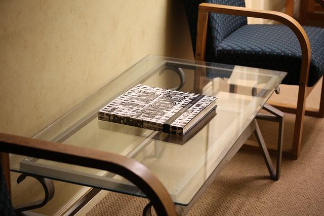 Sklenený stolík, knižka.jpg