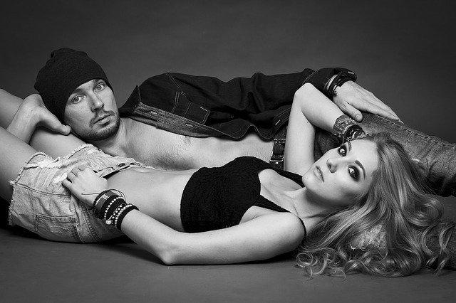 Muž a žena ležia vedľa seba.jpg