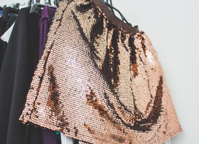 Mini sukňa s medenými flitrami na vešiaku.jpg