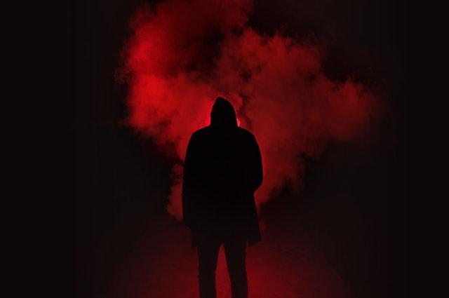 Čierna silueta, mužská postava, červený dym